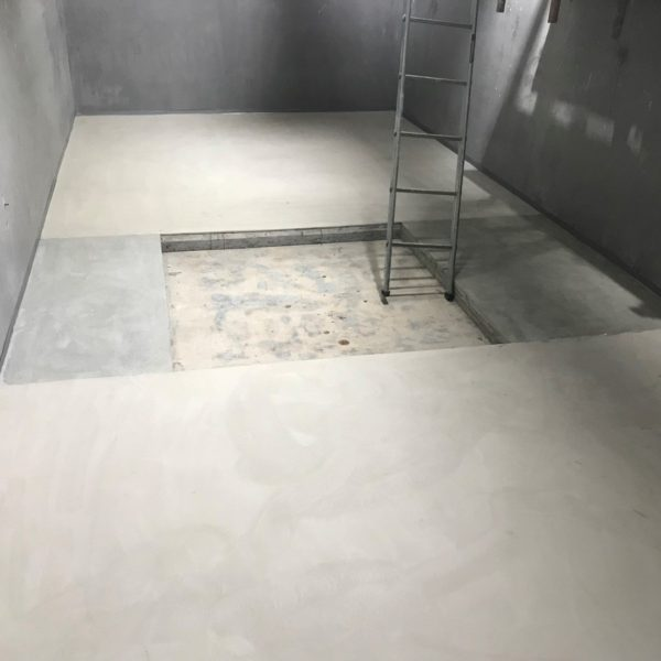 Levelling a floor with Remmers Optiplan compound