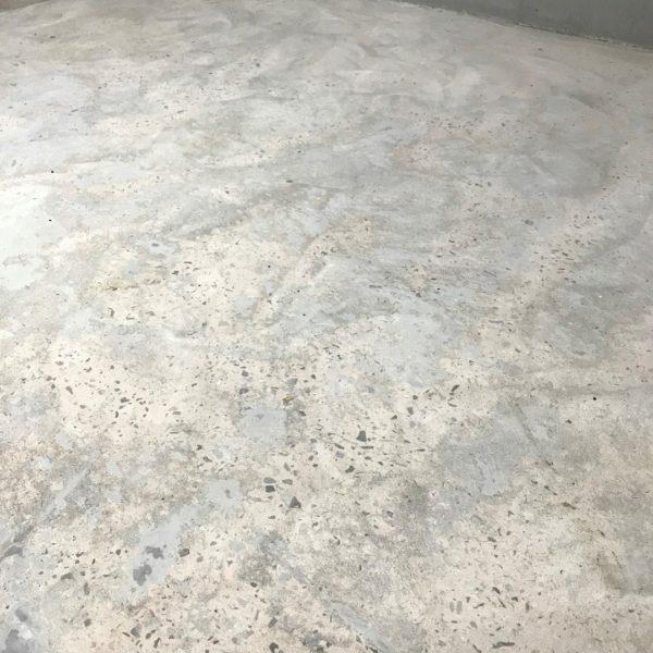 Levelling a concrete floor